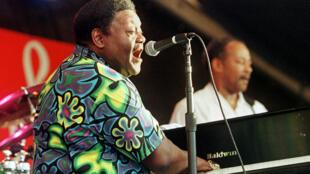 Fats Domino en concert à La Nouvelle-Orléans en 1999. Elvis Presley le considérait comme «le véritable roi du rock n'roll».