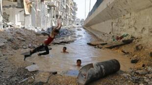 Các đoàn xe LHQ có thể vào trực tiếp các vùng do quân nổi dậy kiểm soát - REUTERS /Hosam Katan