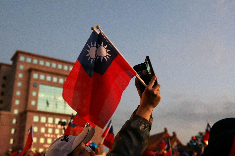 存檔圖片 Image d'archive: Un habitant de Taïpei agitant le drapeau taïwanais lors d'une manifestation pendant les dernières élections présidentielles.