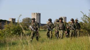 Patrouille militaire suédoise devant Visby, sur l'île de Gotland. La Suède va réintroduire le service militaire l'été prochain pour répondre à la menace russe.