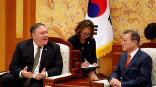 Ngoại trưởng Mỹ Mike Pompeo và tổng thống Hàn Quốc Moon Jae In (P) trong cuộc gặp ngày 7/10/2018 tại Seoul.
