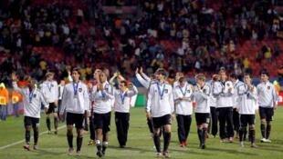 Jogadores alemães comemoram junto à torcida o terceiro lugar conquistado na Copa de 2010.