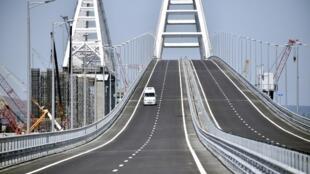 Un véhicule parcourt le pont de Crimée, long de 18 km, qui traverse le détroit de Kertch et relie le sud de la Russie à la péninsule de Crimée (photo d'illustration).