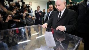 Jaroslaw Kaczynski, chef du parti Loi et justice (PiS) au pouvoir en Pologne, glisse son bulletin dans l'urne lors des élections européennes 2019, le 26 mai à Varsovie.