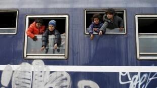 Huit migrants érythréens, dont sept mineurs ont été retrouvés sains et saufs dans un camion frigorifique dans le nord de la France. (Photo d'illustration prise à Idomeni, le 25 mars 2016)