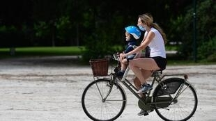 Balade en vélo au parc Sempione à Milan, alors que les Italiens goûtent au déconfinement graduel, le 4 mai 2020.