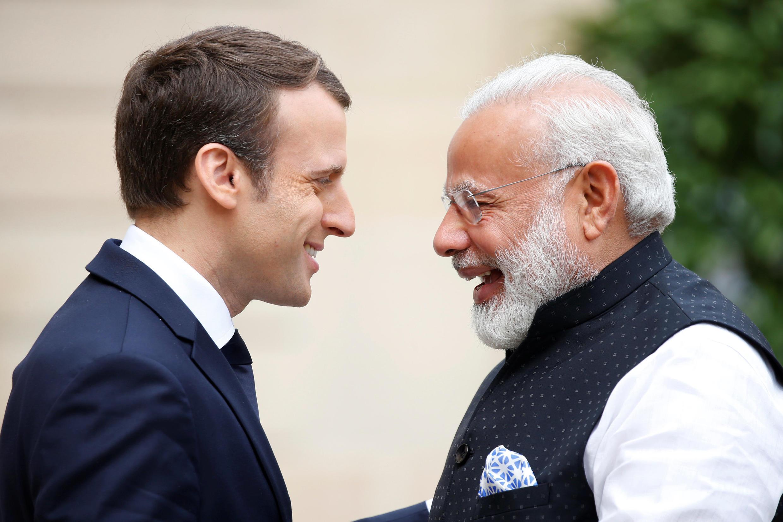 Emmanuel Macron akisalimiana na Narendra Modi katika Ikulu ya Elysée.