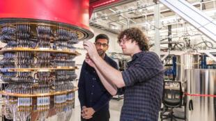Sundar Pichai et Daniel Sank devant un ordinateur quantique de Google à Santa Barbara en octobre 2019.