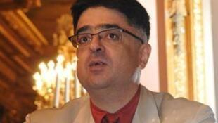جمشید اسدی، استاد در مدرسۀ عالی بازرگانی شهر دیژون در فرانسه