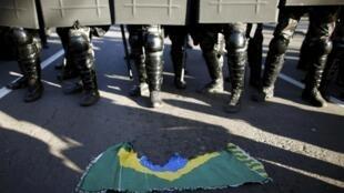 Tropa de choque da polícia gaúcha avança sobre protesto no dia da abertura da Copa de 2014