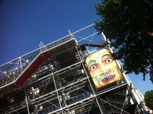 Fachada do Centro Georges Pompidou com o rosto da deusa indiana Tara.