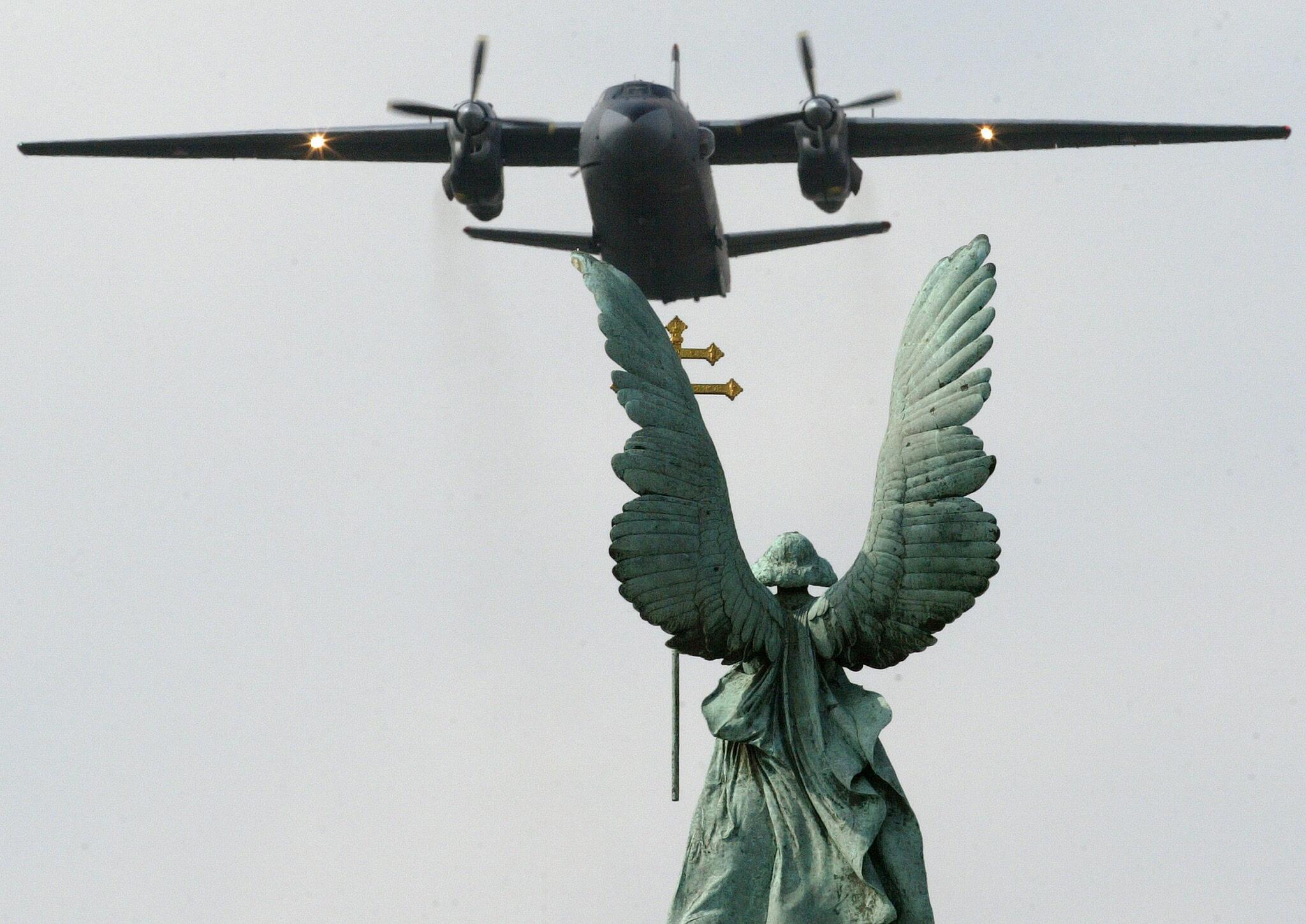 Imagen de archivo de un avión Antonov AN 26 sobrevolando Budapest el 20 de agosto del año 2007