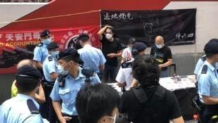 香港警方罕有派大隊人馬查問支聯會街站 2021年 5月10日
