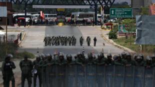 委內瑞拉軍警在委內瑞拉與哥倫比亞邊境阻擋人道物資車隊入境,與反對派爆發了大規模衝突。