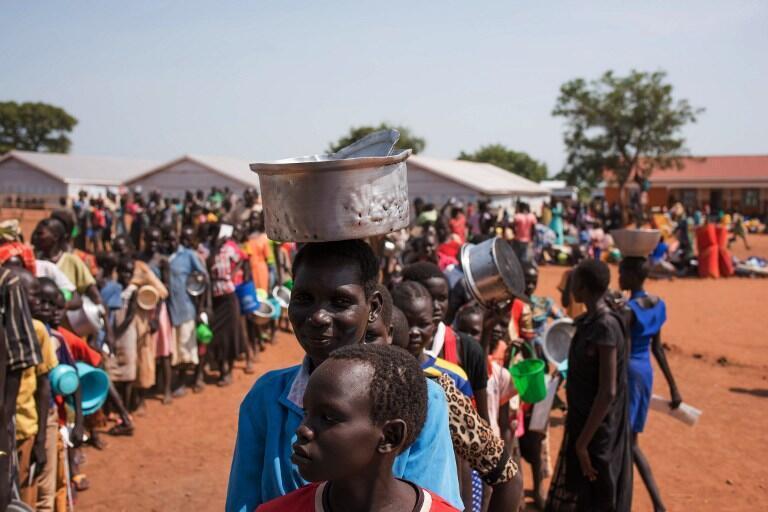 Des réfugiés sud-soudanais font la queue dans un camp, à Adjumani, le 4 juin 2016 (photo d'illustration).