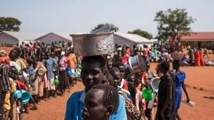 Des réfugiés sud-soudanais font la queue dans un camp ougandais, à Adjumani, le 4 juin 2016 (photo d'illustration).