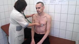 Oleg Sentsov trong ngày tuyệt thực thứ 139, đang được bác sĩ trại giam khám sức khỏe.