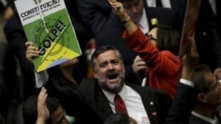 """Na sessão de votação do impeachment na Câmara, deputado denuncia """"golpe"""" contra a presidente Dilma Rousseff."""