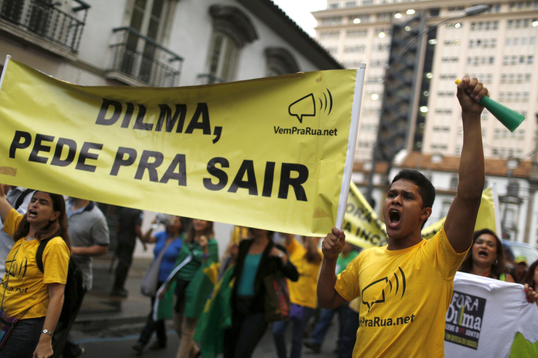 Les manifestations demandant le départ de Dilma Rousseff se succèdent, comme ici à Rio de Janeiro, le 22 octobre 2015.