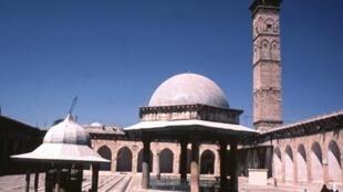 La Grande Mosquée d'Omeyyades, située dans la vieille ville d'Alep, date de la période mamelouke du XIIIe siècle. Le minaret seldjoukide date de 1090. La cour est connue pour ses dalles de pierre noire et blanche. Photo prise en 1981.