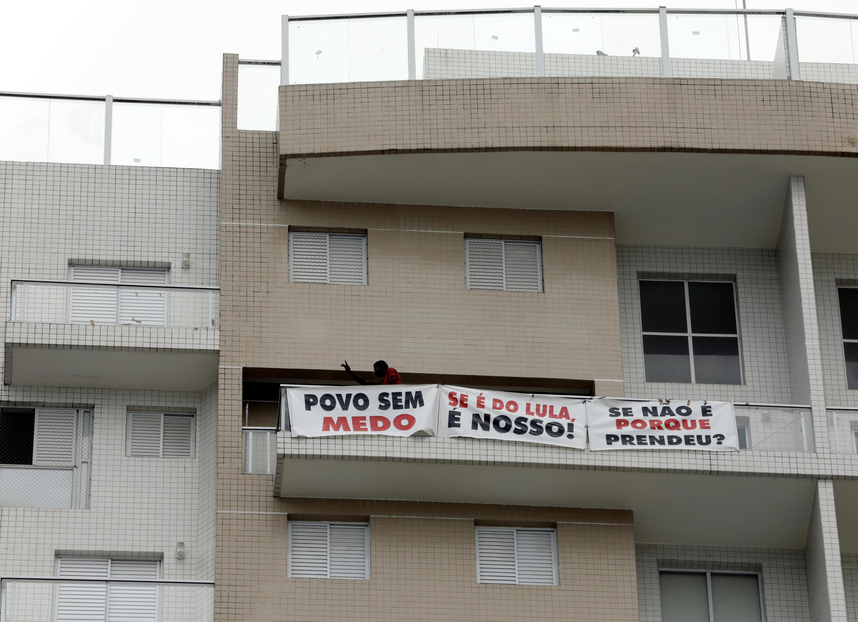 Sur la banderole on peut notamment lire le message suivant : «Si l'appartement appartient à Lula, il nous appartient aussi. Et si ce n'est pas le cas, pour quelle raison a-t-il été arrêté?»