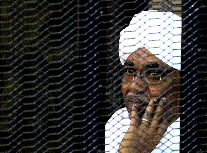 Rais wa zamani wa Sudan, Omar Hassan al-Bashir akiwa mahakamani mjini Khartoum, September 28, 2019.