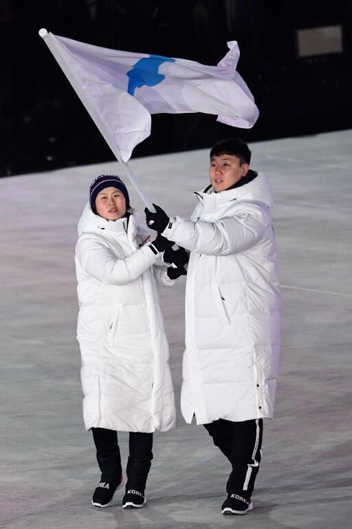 Bandeira unificada da Coreia. Cerimónia de abertura dos Jogos Olímpicos de Inverno. 9 de Fevereiro de 2018.