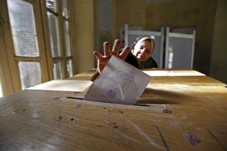 Eleições legislativas no Egito começaram em novembro e atraíram milhares de pessoas às urnas.