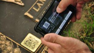 QR code sur une pierre tombale.