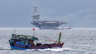 Hàng không mẫu hạm Mỹ USS Theodore Roosevelt (CVN-71) ở ngoài khơi Đà Nẵng, Việt Nam, ngày 05/03/2020