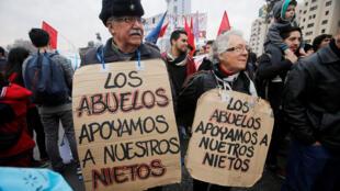 Manifestants dans les rues de Santiago, «Les grands-parents soutiennent leurs petits-enfants», le 10 juillet 2016.