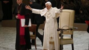 O papa Bento 16, em sua primeira aparição após o anúncio de sua renúncia.