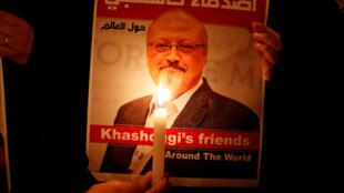 Manifestante junto ao consulado da Arábia Saudita de Istanubl a 25 de Outubro de 2018 com fotografia de Jamal Khashoggi