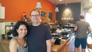 Georgia e Marcelo Szporer, donos do Origem Fresh Coffee, em Tel Aviv.