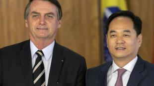 O presidente Jair Bolsonaro e o embaixador da China no Brasil, Yang Wanming, partidicpan de una reunión diplomática en el Palacio Planalto, el 8 de marzo de 2019 en Brasilia