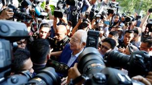 អតីតនាយករដ្ឋមន្ត្រីម៉ាឡេស៊ីលោក Najib Razak បានធ្វើសេចក្តីថ្លែងការណ៍មួយទៅគណៈកម្មាធិការប្រឆាំងអំពើពុករលួយម៉ាឡេស៊ីនៅ Putrajaya ថ្ងៃទី ២២ ឧសភាឆ្នាំ ២០១៨។