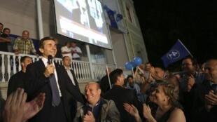 O líder da oposição Bidzina Ivanishvili fala a simpatizantes logo após anúncio de resultados de boca de urna.  résultats. Tbilissi, le 1er octobre 2012.