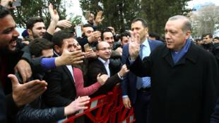 Tổng thống Thổ Nhĩ Kỳ Erdogan (P) và những người ủng hộ cải cách Hiến pháp tại Istanbul ngày 26/02/2017.