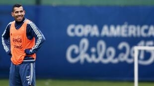 L'attaquant argentin Carlos Tevez va découvrir le championnat chinois avec le Shanghai Shenhua. Il va également devenir le footballeur le mieux payé de l'histoire.
