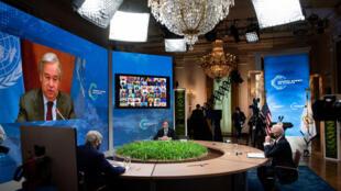 Desde la izq, el enviado de EEUU para el clima, John Kerry, el secretario de Estado  Antony Blinken y el presidente Joe Biden, escuchan al secretario general de Naciones Unidas, Antonio Guterres, durante la cumbre virtual sobre cambio climático, el 22 de abril de 2021 en Washington