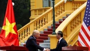 Tổng thống Mỹ Donald Trump (T) gặp chủ tịch Việt Nam Trần Đại Quang tại Phủ chủ tịch, Hà Nội, 12/11/2017.