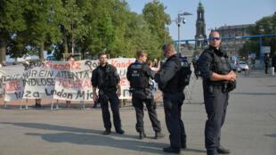Des policiers allemands surveillent une manifestation de l'extrême droite à Dresde, le 28 août 2018.