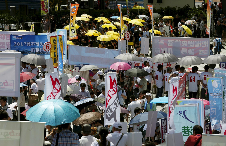 Những người đòi dân chủ với (ô màu vàng) và phe thân Bắc Kinh đều biểu tình trước Nghị viện Hồng Kông ngày 17/06/2015.