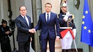 François Hollande cumprimenta Emmanuel Macron