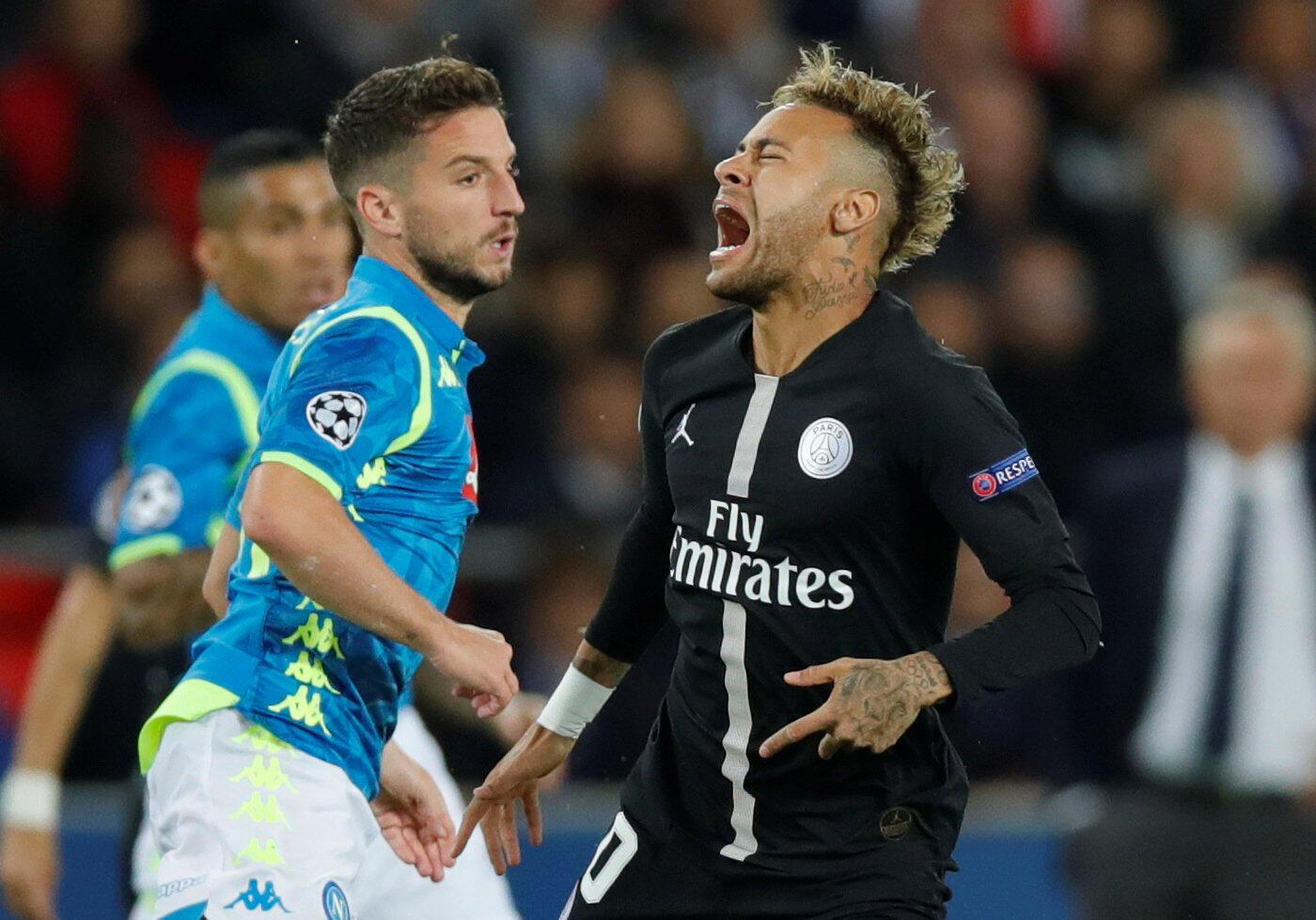 Neymar (direita), avançado do PSG, acabou por ceder o empate frente ao Nápoles