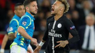 Tiền đạo Neymar, người Brazil (P) chơi cho câu lạc bộ PSG trong trận đấu gặp đội Napoli tại giải đấu Champions League..