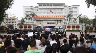 图为茂名民众4月3日在市府门前示威
