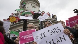 Franceses reclamaron el 5 de septiembre de 2015 en París la acogida de refugiados.