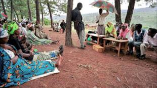 Inspirés des anciennes assemblées, les tribunaux populaires gacacas sont chargés de juger la plupart des auteurs présumés du génocide perpétré contre les Tutsis.