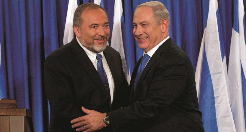 عکس آرشیو - بنیامین نتانیاهو، نخست وزیر اسرائیل و اَویگدور لیبرمن وزیر سابق دفاع، برای شرکت در یک کنفرانس مطبوعاتی مشترک در مجلس اسرائیل (کِنِسِت). ٣٠ مه ٢٠١۶